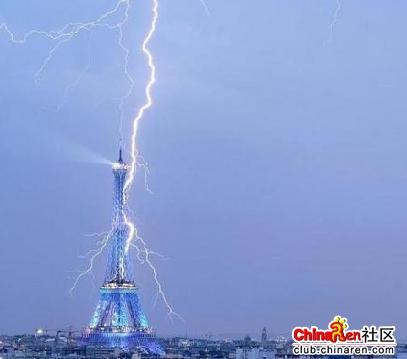 巴黎埃菲尔铁塔被闪电击中!有图!