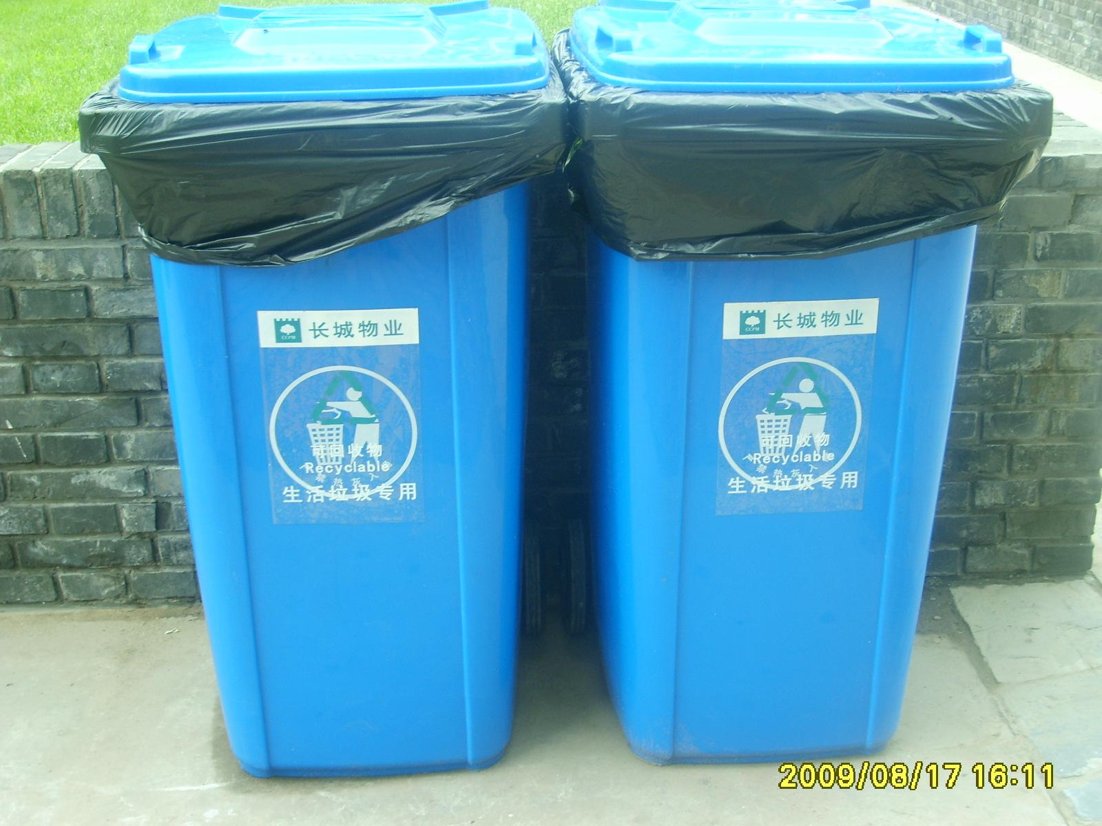 新更换的垃圾桶图片