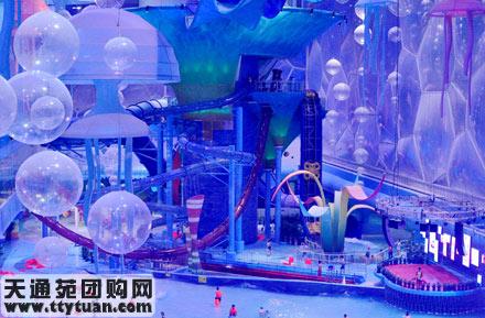 海底世界作为主题,通过色彩斑斓的各类透明和半透明滑道,与水立方透明
