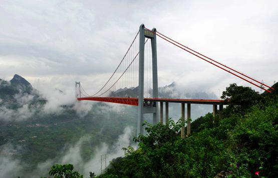 贵州坝陵河特大桥位于关岭县关索镇与黄果树风景名胜区之间,镇胜