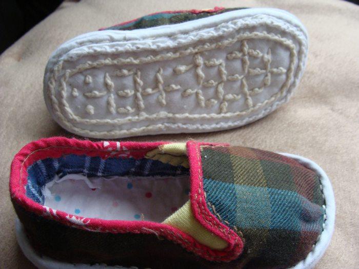 婆婆手工做的小孩布鞋