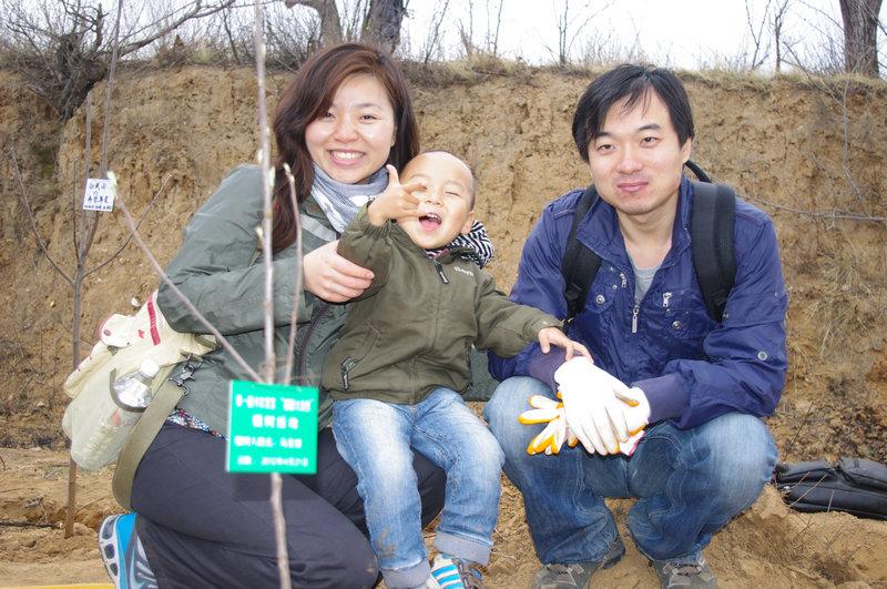 卡尔宝宝幼儿园4月植树活动掠影