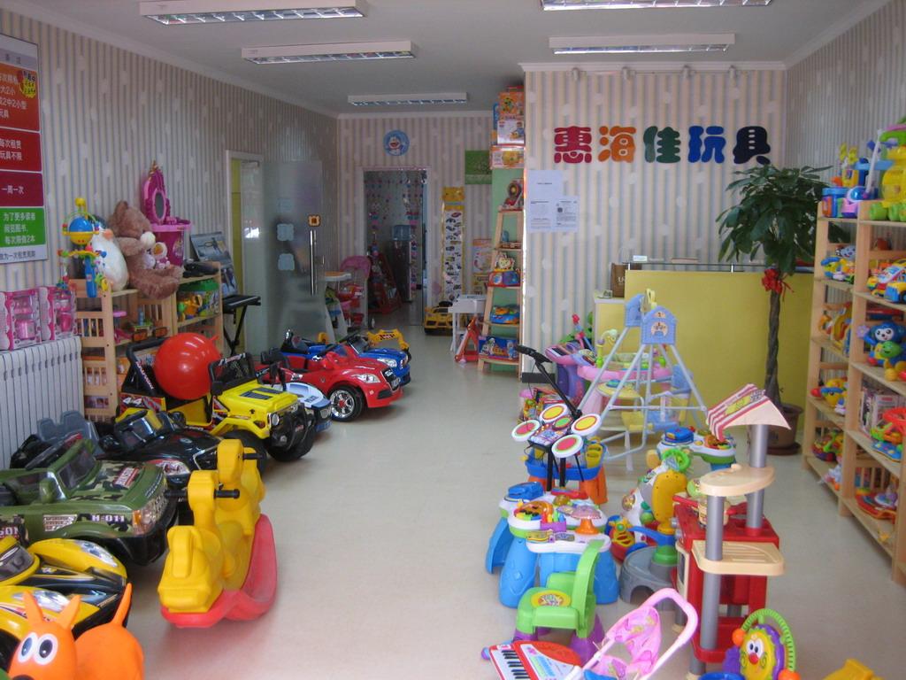因工作原因被调到上海,忍痛转让,我们是天通苑地区唯一一家玩具租赁店,无竞争,精装修,会员认可度很高,营业执照齐全。 玩具都是大品牌:费雪,奥贝等,还有一个图书馆也在我们店里,全部正版图书。而且我们拥有多家合作伙伴,天通苑的瑞思英语,金宝贝早教,哈利贝贝摄影,还有著名的小毛驴农场等等都和我们有合作项目,这些软性资源我们都可以留给您 这家店的设计老板请的台湾设计师,LOGO很漂亮,会员很喜欢。